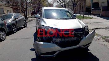 Desesperación: Vecinos pusieron sobre sus ruedas una camioneta que había volcado