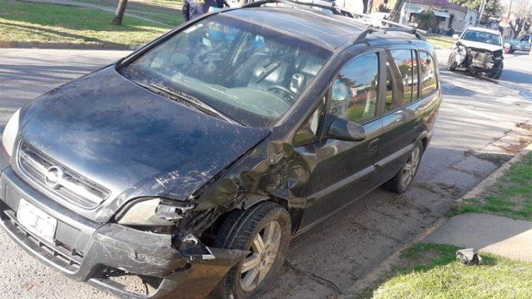 Dos autos sufrieron severos daños tras fuerte choque y uno no tenía seguro