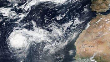 El potente huracán Lorenzo se acerca a Europa
