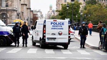 Cuatro policías murieron tras un ataque a cuchillazos en París