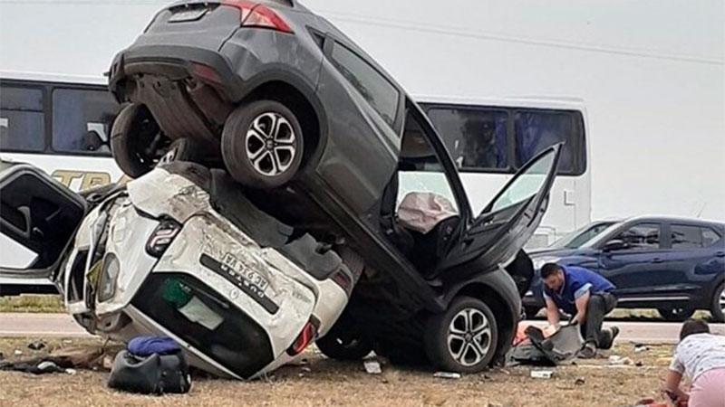 Choque y vuelco: Una camioneta terminó encima de la otra