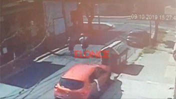Video: Dos jóvenes roban una mochila del interior de un auto en Paraná