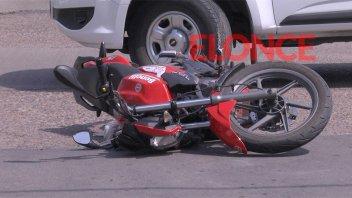 Auto terminó sobre la vereda tras chocar con moto: Dos personas hospitalizadas