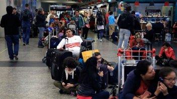 Más de 100 vuelos demorados o cancelados en Ezeiza y Aeroparque por lluvias