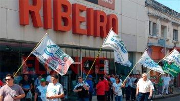 Protesta en Paraná: Cadena de electrodomésticos adeuda sueldos a sus empleados