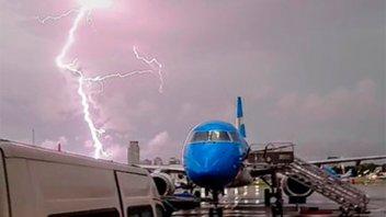 Impactantes imágenes del momento en el que un rayo cae en Aeroparque