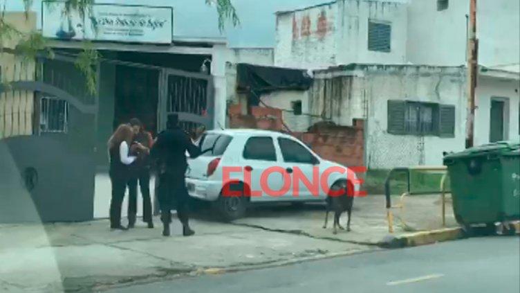 Auto sin conductor subió a la vereda y terminó en el portón de una escuela
