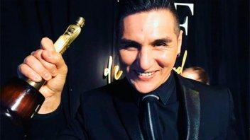 Gerardo Casas levantó la estatuilla en los premios Martín Fierro de la Moda