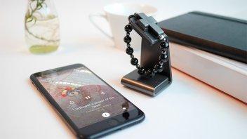 El Vaticano presentó un Rosario inteligente que se conecta al celular