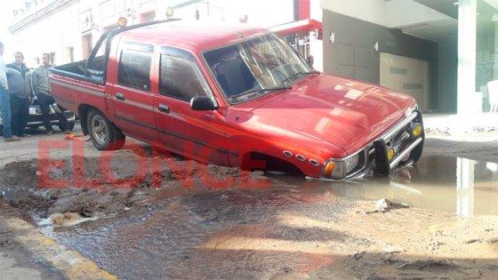 Una camioneta cayó dentro de un profundo pozo en el centro de Paraná