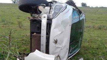 Conductora perdió el control del auto, despistó y volcó
