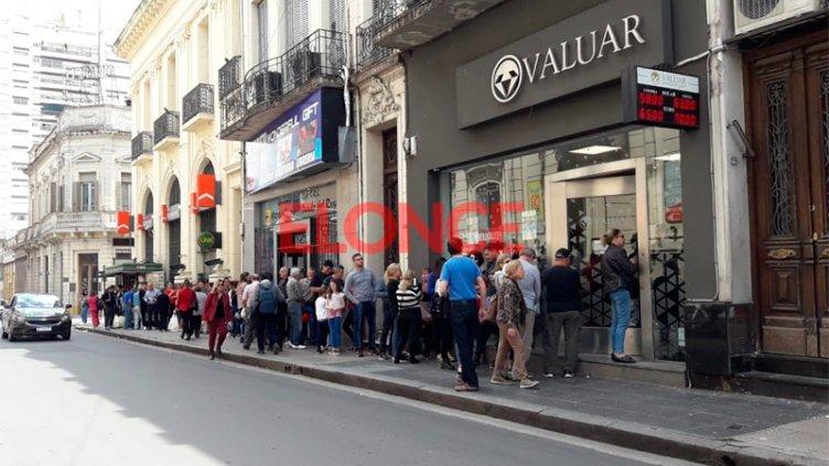 Dólar: Largas filas en las casas de cambio a cuatro días de las elecciones