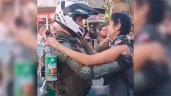 Chile: Manifestante abraza a un carabinero que llora en una protesta