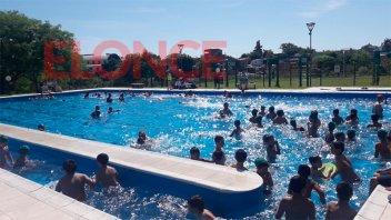 Alumnos disfrutan de actividades recreativas en la pileta del Parque Berduc