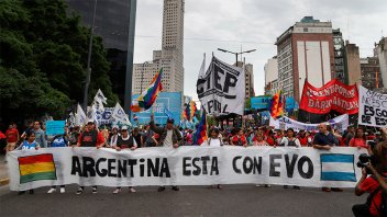 Organizaciones sociales respaldaron a Evo y se movilizaron en el centro porteño