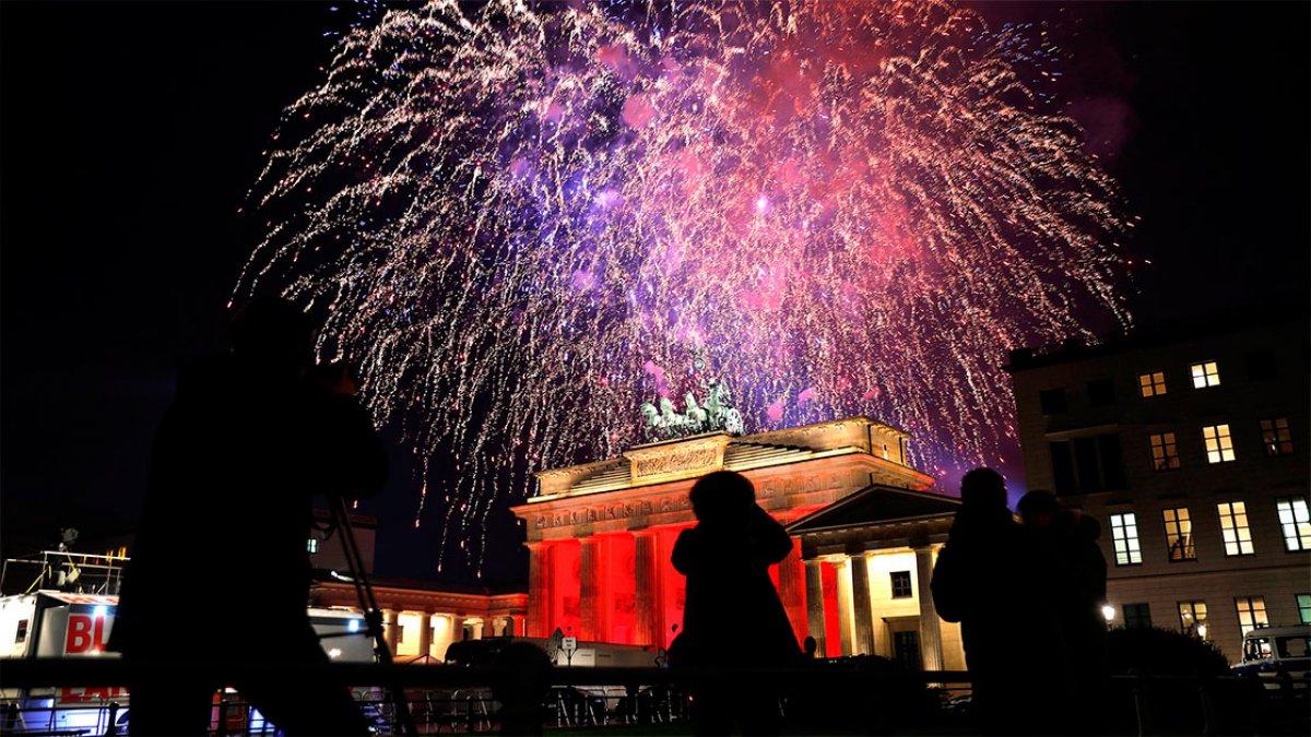 Fuegos artificiales sobre la Puerta de Brandeburgo en Berlín, Alemania