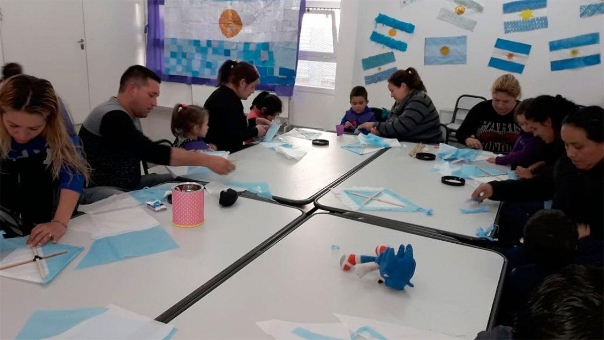 """Taller de barriletes en la Unidad Educativa Nº19 """"Burbujas de Ilusión""""."""