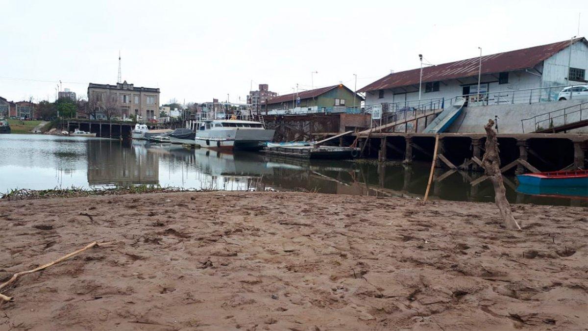 La bajante en el río Paraná en el puerto local.
