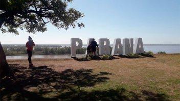Las letras gigantes con el nombre de Paraná a pleno sol en el parque Urquiza