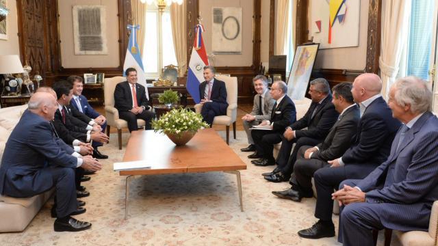 Macri junto a su par de Paraguay, Cartes y dirigentes de AFA y Conmebol.