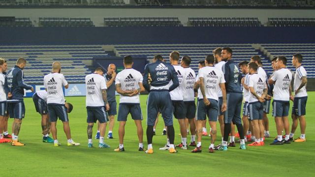 Sampaoli y jugadores en la última practica previo al partido.