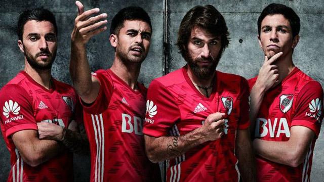 Las figuras de la Banda posan con la nueva camiseta alternativa roja. d812d310dde9a