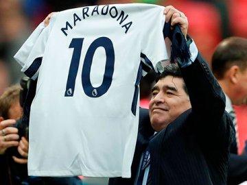 Video: La tremenda ovación de los fanáticos ingleses a Diego Maradona en Wembley