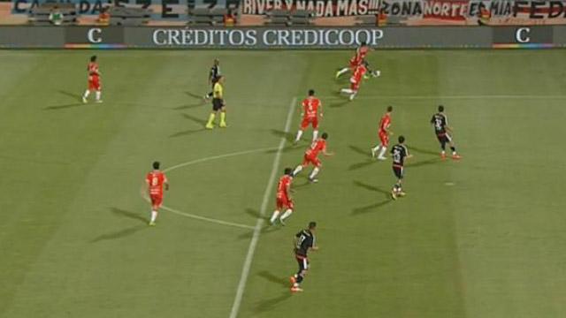 Polémica en el primer gol de River. (Foto: www.tycsports.com.ar)