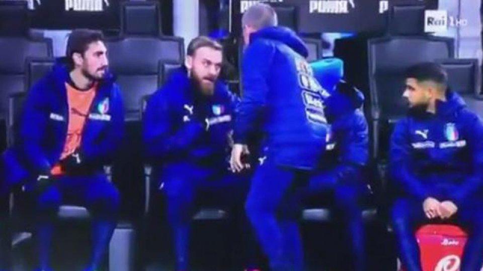 Daniele De Rossi se enojó y pidió que entre un delantero.