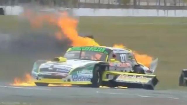 Choque y fuego en el auto del entrerriano Hernández en el TC Pista Mouras