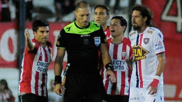 increíble penal le dio Néstor Pitana a Chacarita contra Estudiantes.