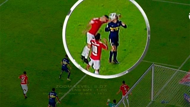 La jugada que provocó el reclamo de Boca y la expulsión de Pablo Pérez.
