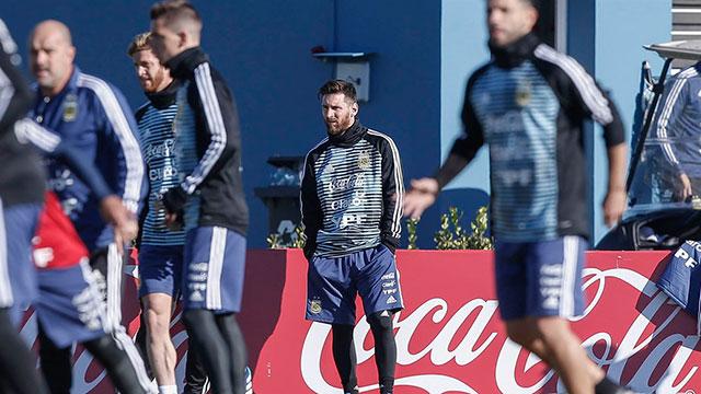 Selección Argentina: Lionel Messi no se entrenó, pero estuvo junto al plantel en la práctica