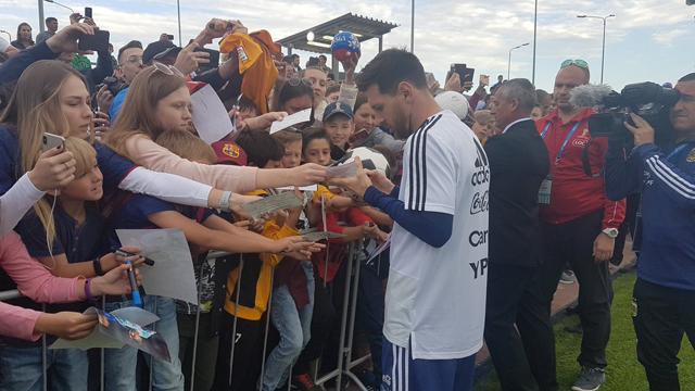Messi firmando autógrafos al público presente.