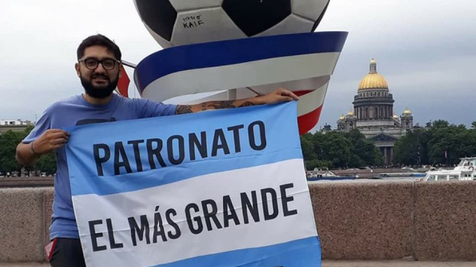 El hincha de Patronato presente en el Mundial.