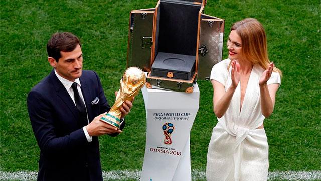 Iker Casillas fue el encargado de presentar el trofeo.