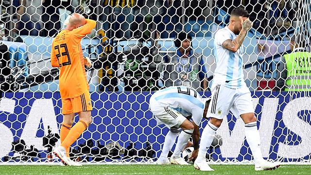 Argentina fue humillada con un insólito error de Caballero y quedó al borde de la eliminación