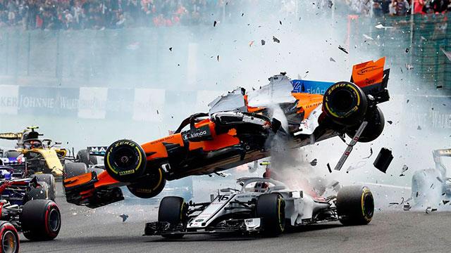 El accidente de Fernando Alonso en el arranque del GP de Bélgica.