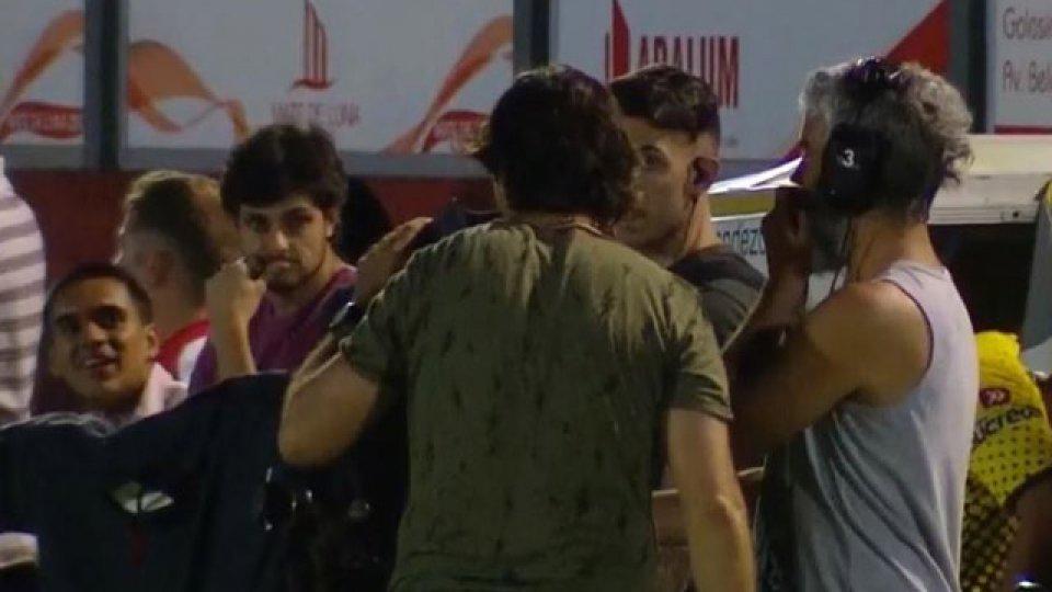 El Yagui chequea la polémica acción en una de las cámaras de la transmisión.