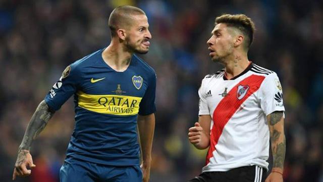 Polémico gesto de Bendetto a Montiel luego de convertir su gol.