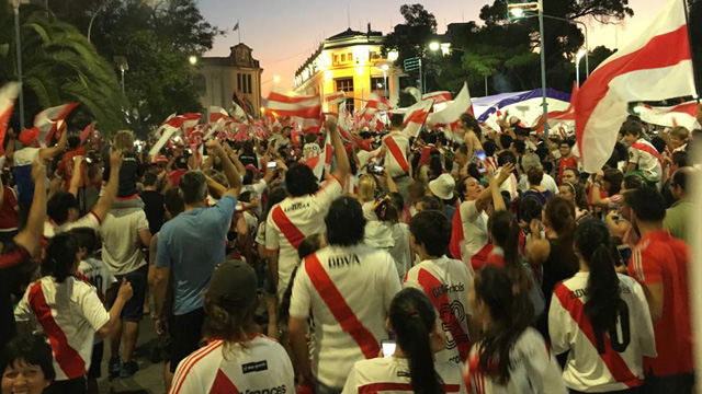Los fanáticos de River colmaron la plaza principal de la capital entrerriana.