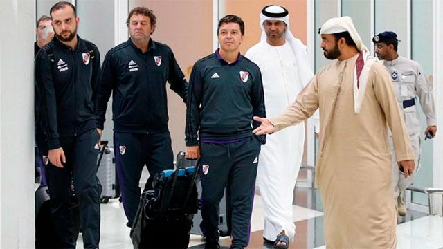 Gallardo y su cuerpo técnico, en el aeropuerto de Abu Dhabi.