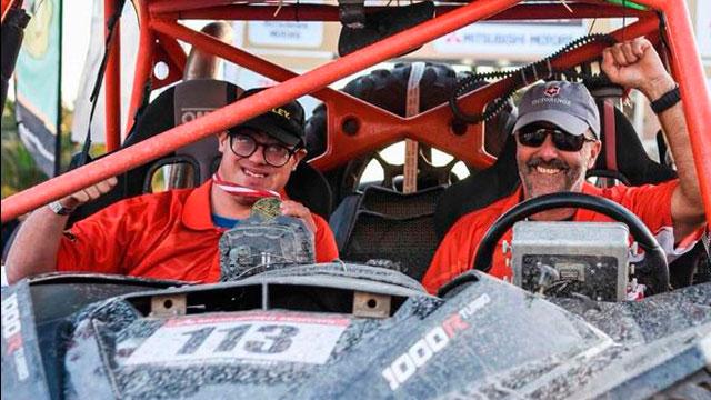 El peruano Lucas Barrón tiene 24 años y competirá como copiloto junto a su padre