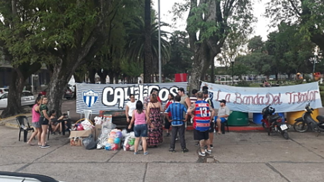 Dos hinchadas rivales organizaron una juntada solidaria.