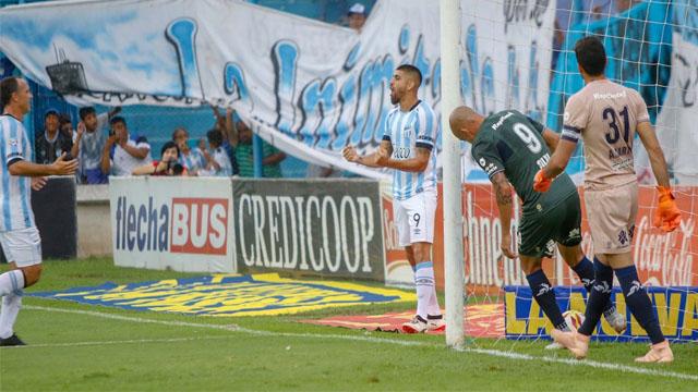 El Decano aplastó al Lobo en Tucumán y sigue como tercero en la tabla.
