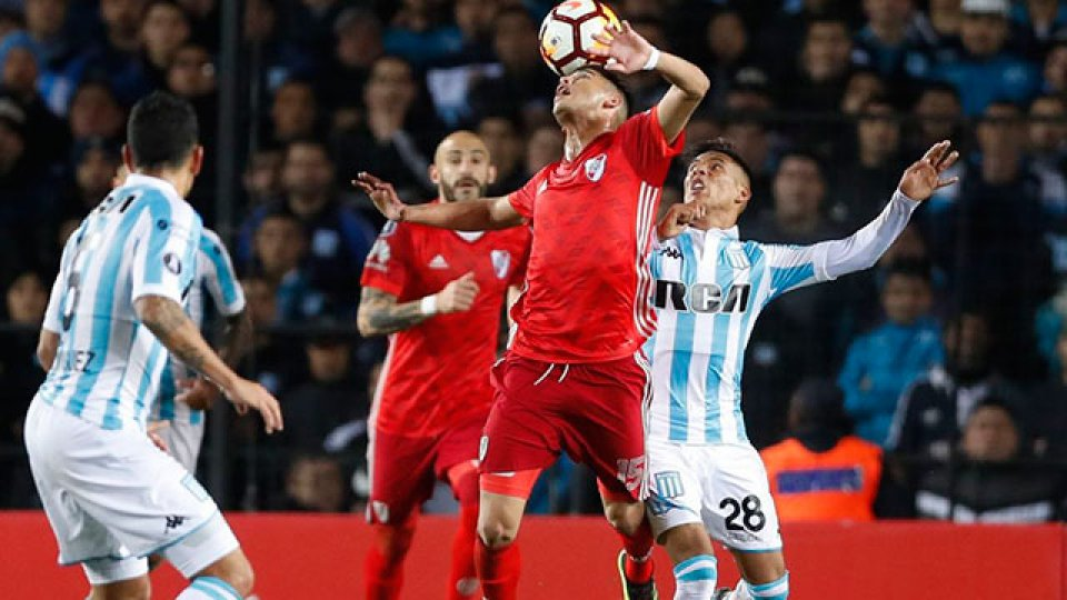 Racing defiende la punta de la Superliga ante River en el Monumental.