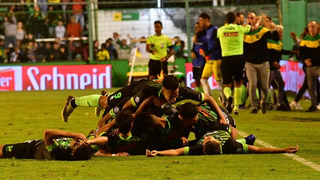 Defensa y un triunfo agónico ante Argentinos para ser puntero.