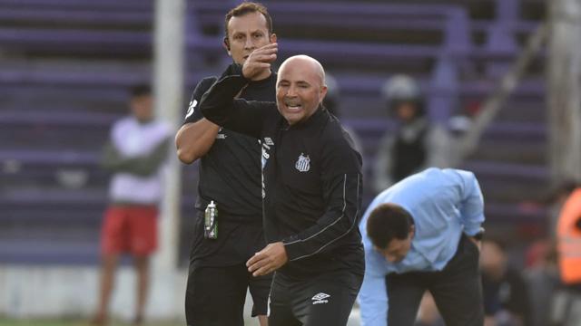 El DT argentino la pasó mal en Uruguay.