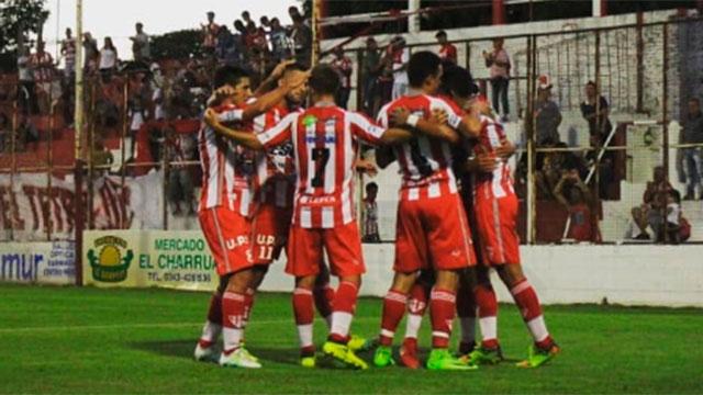 Atlético Paraná derrotó a Defensores de Pronunciamiento y sueña con la permanencia