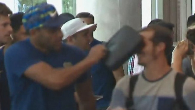 Wanchope golpea al hincha del Millonario quien le recordó la Final en Madrid.